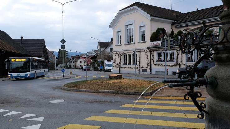 Der Weininger Lindenplatz am Samstag: Der Baumstrunk, die frischen Holzspäne und die freie Sicht aufs Restaurant Linde zeugen von der Fällung der alten Linde.