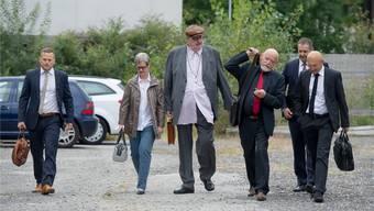 Dieter Behring (M.), seine Frau Ruth (Zweite von links), Pflichtverteidiger Roger Lerf (r.) und Anwalt Bruno Steiner (Zweiter von rechts). Tatiana Scolari/Ti-Press/Keystone