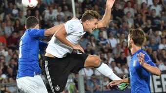 Mattia Caldara (links) und die Italiener erfüllen die Pflicht gegen die Deutschen (im Bild Marc-Oliver Kempf) mit einem 1:0