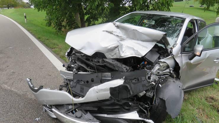 Am Sonntagnachmittag gelangte die 52-jährige Lenkerin eines Skoda Fabia auf der Tegerfelderstrasse in Richtung Würenlingen auf die Gegenfahrbahn. Das Fahrzeug kollidierte mit einem entgegenkommenden Renault Clio.