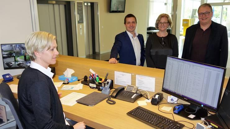 CEO Daniel Strub, Sabina Rüttimann, Präsidentin der Stifterversammlung, und CFO Rainer Leuthard bei Natalie Stutz, die im neu gestalteten Empfangsbereich des Spitals Muri Patientinnen und Patienten an die richtige Stelle weist und für Auskünfte aller Art zuständig ist.