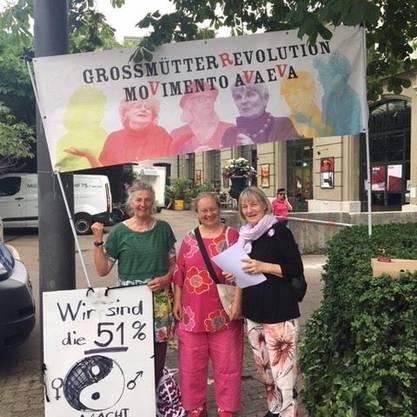 Die «GrossmütterRevolution» besammelt sich. Die Gruppe nimmt in verschiedenen Städten am Frauenstreik teil.