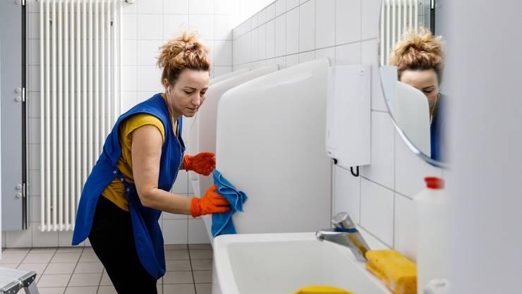 Mit der richtigen Musik im Ohr geht das Putzen der WC-Anlagen leichter voran