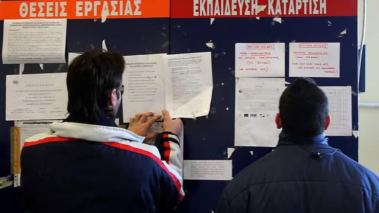 Zwei Männer gehen die Stellenanzeigen in einem griechischen Arbeitslosenbüro durch. Zwar verharrt die Arbeitslosenquote in der Eurozone mit 10,1 Prozent auf dem niedrigsten Niveau seit Juli 2011. In Griechenland ist allerdings weiterhin jeder Vierte ohne Job.