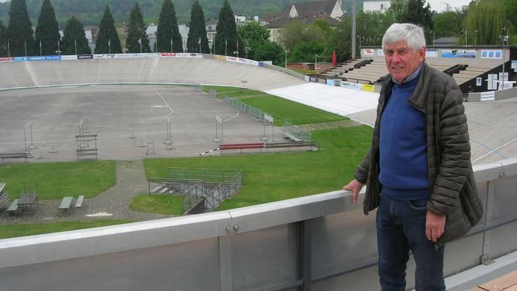 Alois Iten, Präsident der IG Offene Rennbahn Oerlikon, in der frisch renovierten Nordkurve: Sie hat jetzt neue Holzbänke.