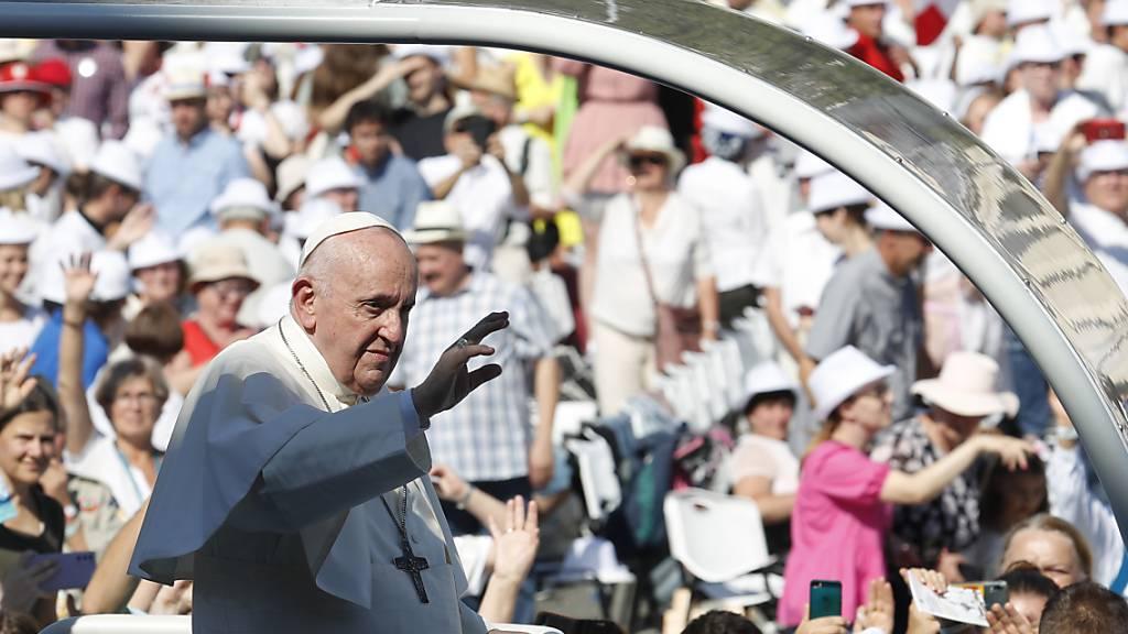 Papst feiert Messe mit Tausenden Gläubigen - Forderung nach Offenheit