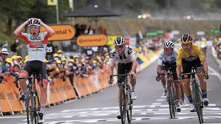 Der Slowene Tadej Pogačar (links) kann seinen Etappensieg kaum fassen, der Schweizer Marc Hirschi (rechts) fährt als Dritter durchs Ziel.