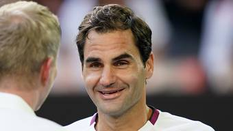 Federer im Interview nach dem Spiel mit Ex-Tennisprofi Jim Courier.