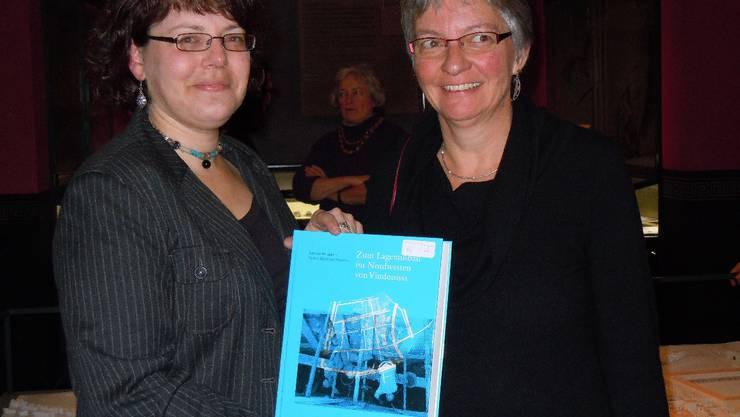 Die Archäologinnen Simone Benguerel (links) und Verena Engeler-Ohnemus.