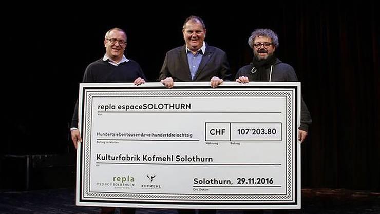 Einen Riesen-Check gabs von Marco Lupi und Roger Siegenthaler für die Kulturfabrik Kofmehl und deren Leiter Pipo Kofmehl.