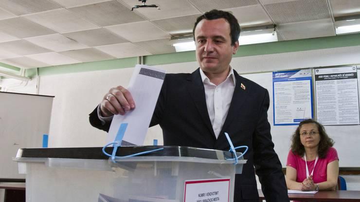 Verspricht, der Korruption ein Ende zu setzen: Der Spitzenkandidat von Vetëvendosje, Albin Kurti, beim Wählen.