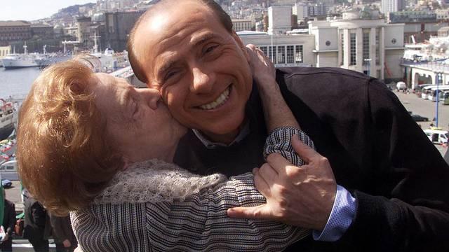 Er hat Muttis Zustupf definitiv nicht nötig: Silvio Berlusconi mit seiner Mutter Rosa (Archiv)