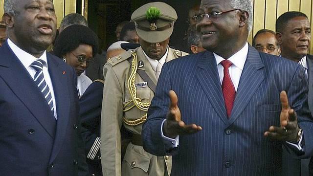 Laurent Gbagbo (l.), Machthaber in der Elfenbeinküste, und Sierra Leones Präsident Ernest Bai Koroma (r.)