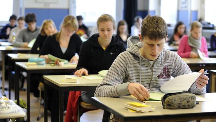 Von den insgesamt 4212 Bewerberinnen und Bewerbern bestanden 2118 die Aufnahmeprüfung ans Langzeitgymnasium. (Symbolbild)