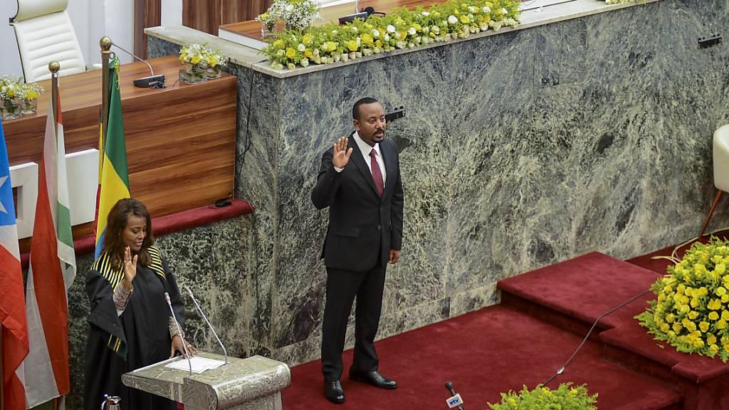 Abiy Ahmed (M), Ministerpräsident von Äthiopien, wird im Volksrepräsentantenhaus für eine zweite fünfjährige Amtszeit vereidigt. UN-Generalsekretär António Guterres hat angesichts der schweren Hungersnot und politischen in dem Land den Ton gegenüber Äthiopiens Ministerpräsidenten verschärft. Foto: Uncredited/AP/dpa