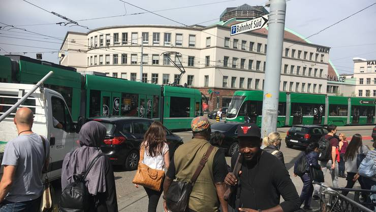 Freitagabend vor der Basler Markthalle: Der Verkehr musste um die Innenstadt herumgeleitet werden, er kollabierte mehrfach.