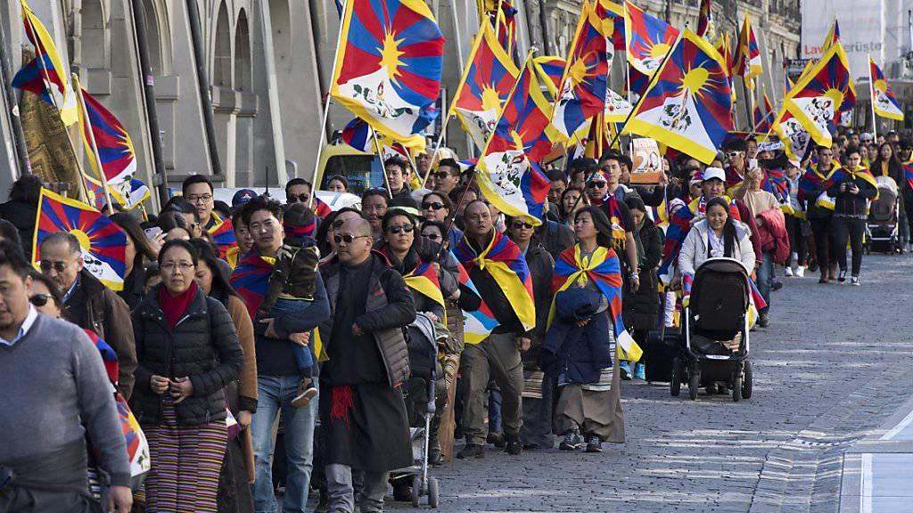 Die Tibetergemeinschaft gedachte am Freitag mit vielen Flaggen in Bern des 58. Jahrestages des Tibeter-Aufstandes.