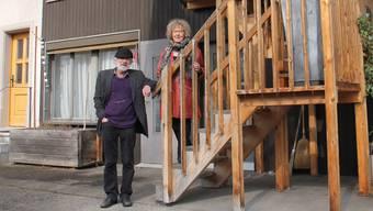 Ueli und Catarina Rüegg stehen vor der Wohnung an der Bergstrasse in Windisch, die nach der Erstvermietung in einem desolaten Zustand war.