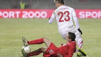 Die Luxemburger Fussball-Internationalen - hier Ben Payal gegen Xherdan Shaqiri - sind gleich massenhaft erkrankt.