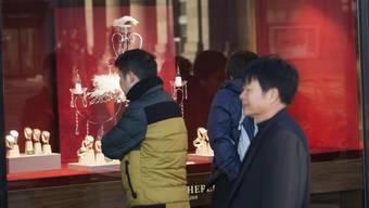 Chinesische Touristen in der Schweiz auf der Suche nach Schweizer Luxusartikeln