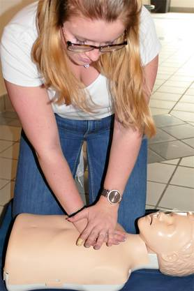 Bewusstlos ohne Atmung: 30-mal Herzdruckmassage...