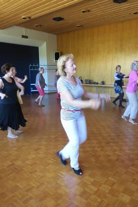 Bei Everdance werden Tanzstile unterrichtet und gezeigt, wie man sie ohne Partner tanzen kann.