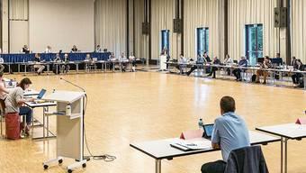 Im Juni fand die erste Einwohnerratssitzung im neuen Tägi-Saal statt. Damals noch ohne Maskenpflicht.