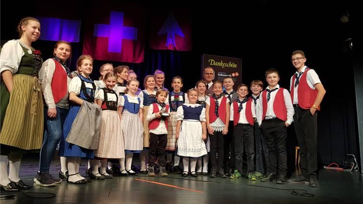 Sie haben es geschafft: Das Chinderjodlerchörli Frick mit Dirigent Matthias Hunziker im Grenchner Parktheater.