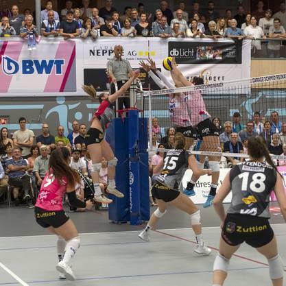 Der Block von Sm'Aesch hält gegen einen Versuch der Neuenburgerin Tia Scambray (l.).