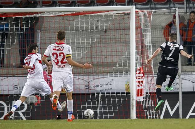 Stephan Andrist schiesst das 0:1 - Beg Ferati vom FC Sion hat das Nachsehen.