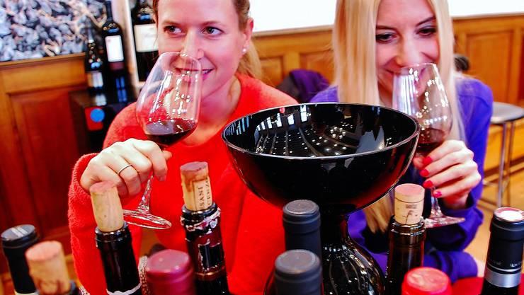 Frauen erkennen oft zuverlässiger, ob ein Wein Zapfen hat. Trotzdem probiert im Restaurant immer noch der Mann den Wein, ausser hier am Basler Wymärt...