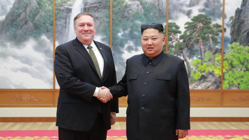 Nordkoreas Diktator Kim Jon Un (rechts) zeigte sich am Montag nach einem Treffen mit dem Aussenminister der USA Mike Pompeo (links) zuversichtlich, dass es bald ein weiteres Gipfeltreffen zwischen den beiden Ländern geben wird.