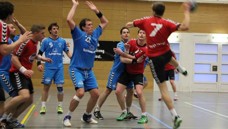 Marco Eggenschwiler blockt einen Wurf im Spiel gegen den TSV Frick.