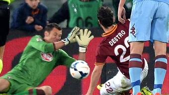 Mattia Destro (r.) trifft zum 1:0 für die Römer
