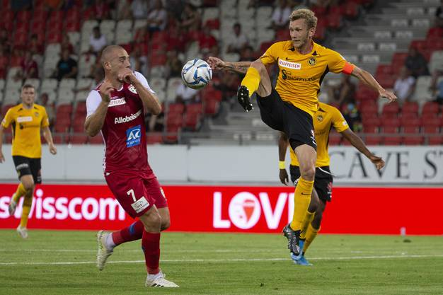 Setzt sich gegen Sions Pajtim Kasami durch: YB-Captain Fabian Lustenberger.