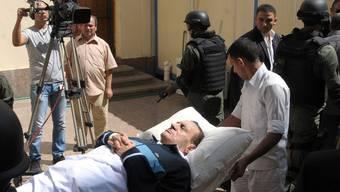Ein sichtlich geschwächter Husni Mubarak (Archiv)