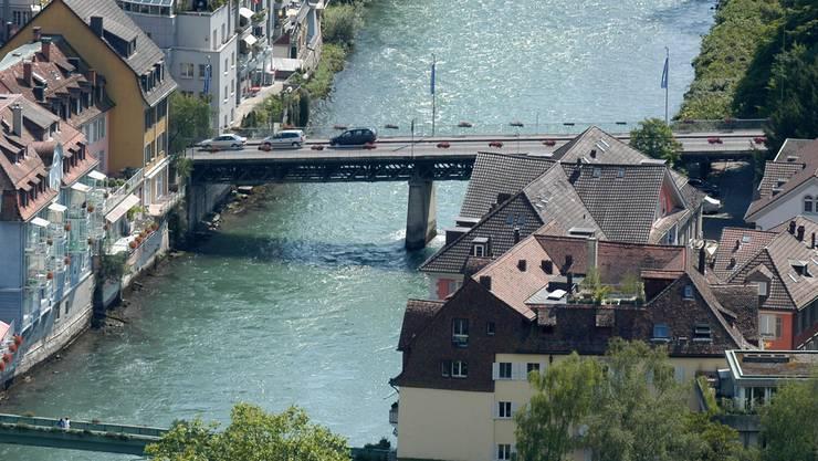 Ein Bild aus der Vergangenheit: Autos fahren über die Schiefe Brücke.