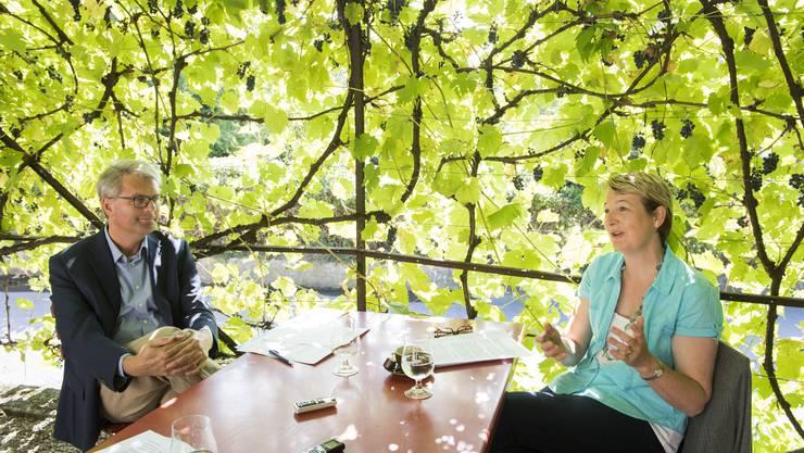 Für das Gespräch haben die beiden Gemeinderatskadidaten Kirsten Ernst (SP) und Franz-Beat Schwere (SVP) die idyllische Laube des Bierateliers auf der Klosterhalbinsel gewählt.