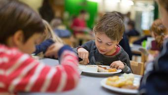 Das Kinderbetreuungsgesetz verpflichtet die Gemeinden, den Zugang zu einem bedarfsgerechten Angebot an familienergänzender Betreuung von Kindern bis Ende Primarschule sicherzustellen. (Symbolbild)