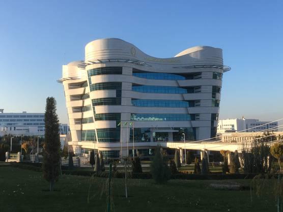 Das Ministerium für Zahnmedizin in Turkmenistan hat die Form eines Stockzahns. Staatspräsident Gurbanguly Berdimuhamedow ist gelernter Zahnarzt.