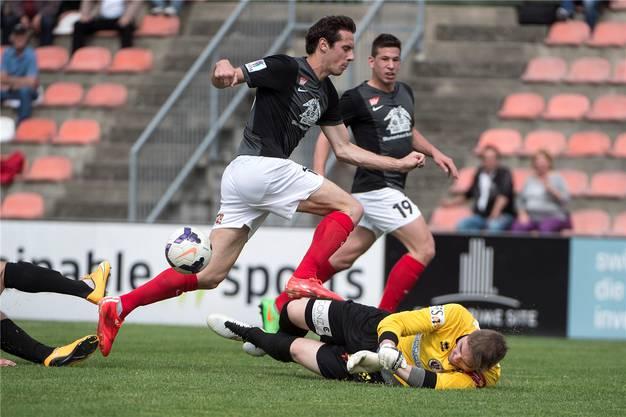Solothurns Sascha Stauffer, links, im Kampf um den Ball gegen Wangens Goalie Marco Häfliger.