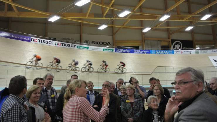 Michèle Tanner, stellvertretende Geschäftsführerin des Velodrome Suisse, zeigt den Gästen des Panathlonclubs das Sportstadion.