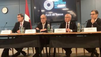 Die zehnjährige Blockade des Doppelsteuerabkommens zwischen der Schweiz und den USA scheint bald gelüftet werden zu können. Das sagte Bundespräsident Ueli Maurer (2. von rechts) am Rande der IWF-Frühjahrstagung in Washington.
