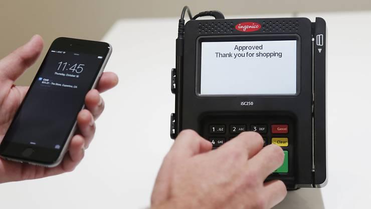 Harte Konkurrenz für die Schweizer Bezahl-App Twint: Noch im Sommer soll in der Schweiz der Startschuss von Apple Pay erfolgen.