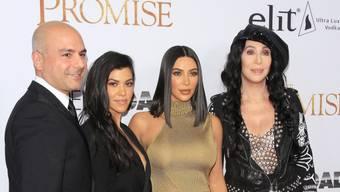 """V.l.: Der armenische Produzent  Eric Esrailian, Die Reality-Sternchen Kourtney und Kim Kardashian sowie Sängerin Cher auf dem Roten Teppich für den Armenien-Film """"The Promise"""". Kim Kardashian verzichtete aber darauf, den Film zu sehen, meldet die """"New york Post""""."""