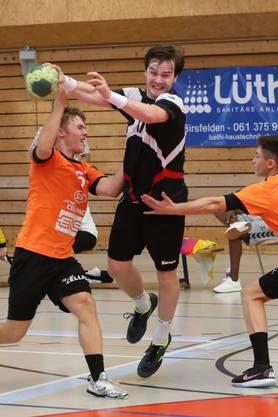 Birsfelder Neuzugang Petter Olsen beim Durchbruch durch die Schaffhauser Verteidigung.