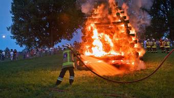 Wegen der Trockenheit werden Höhenfeuer zunehmend zur Gefahr: ein Feuerwehrmann am 1. August 2012 auf dem Basler Bruderholz.