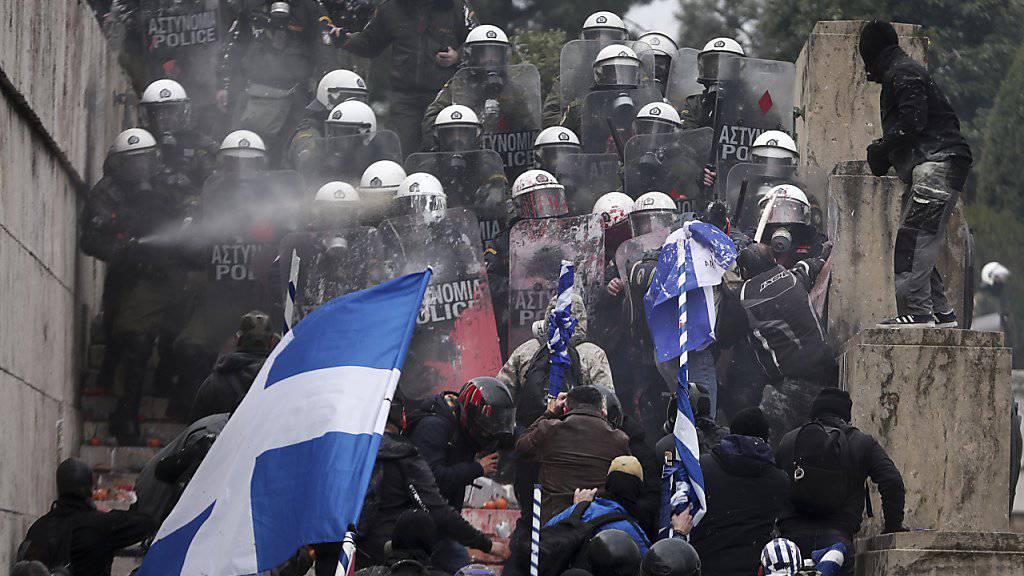 Die Polizei muss eine Gruppe von Demonstranten davon abhalten, zum Parlamentsgebäude durchzubrechen.