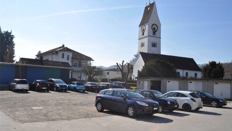Auf dem Kiesplatz hinter der reformierten Kirche sollen 32 Gratis-Parkplätze entstehen. Die Eternitgaragen werden abgebrochen. zvg