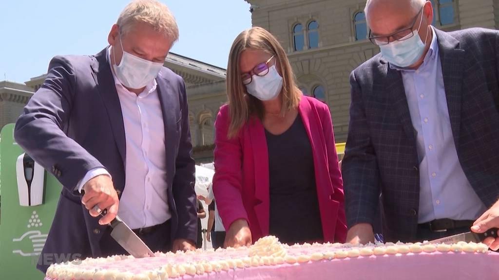 Süsse Impf-Kampagne am Bundesplatz: BAG verteilt Piks mit Kuchen